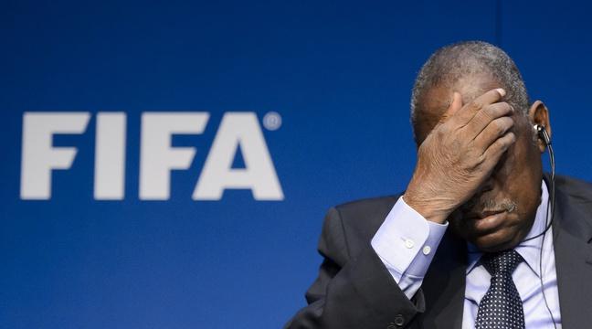 Issa Hayatou, le patron de la Fifa, s'endort en pleine conférence de presse