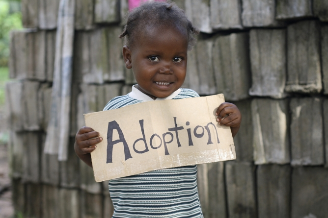 La France suspend les adoptions issues de la RDC