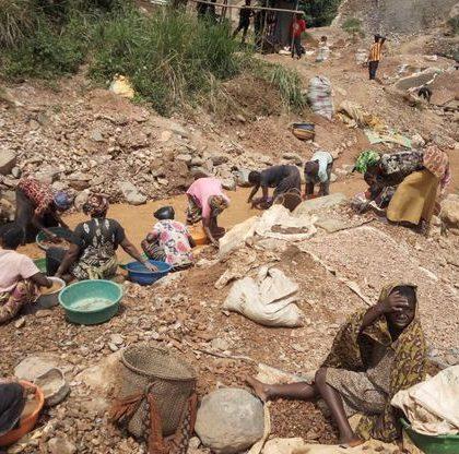 Les mineurs à la recherche de corps suite à l'effondrement d'une mine d'or artisanale en RDC